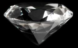 Алмаз на черном фоне