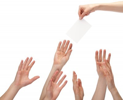Руки, тянущиеся за бумагой