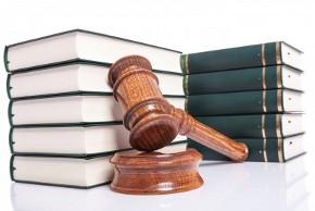 Молоток судьи и тома законов